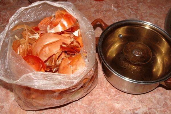 Отвар приготовленный из луковой шелухи поможет избавится от простуды