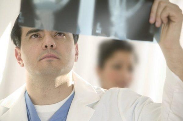 Рентгеновский снимок поможет выявить причину боли в шее