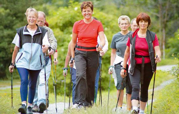 Скандинавская ходьба полезна людям пожилого возраста
