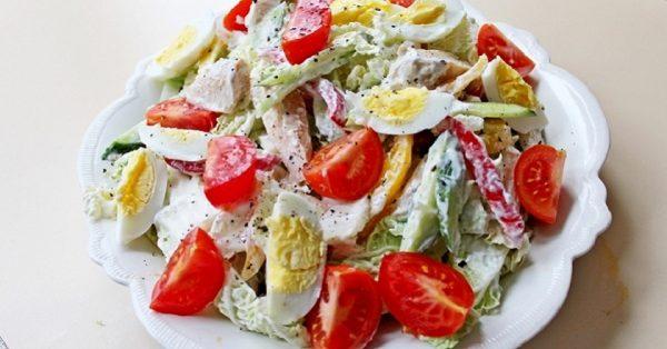 Салат с помидорами заправленный йогуртом