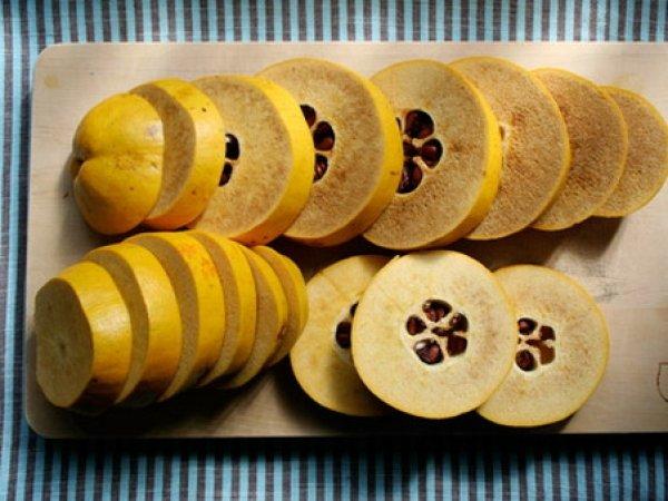 Порезанные плоды айвы