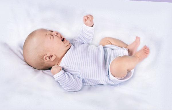 При запоре ребенка может беспокоить газообразование и боль в животе