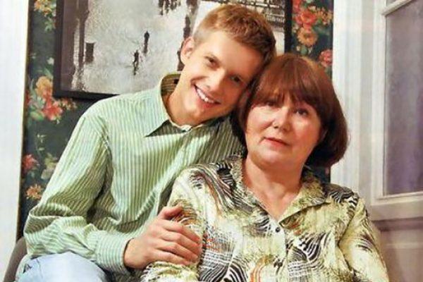 Популярный телеведущий со своей мамой