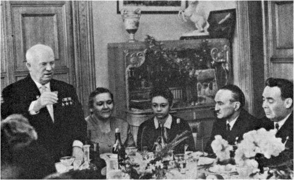Лариса Васильева  в детстве со своими родителями