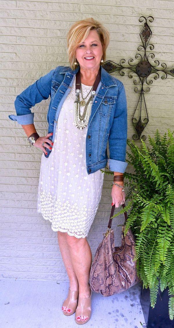 Сочетание белого свободного платья и джинсовой куртки