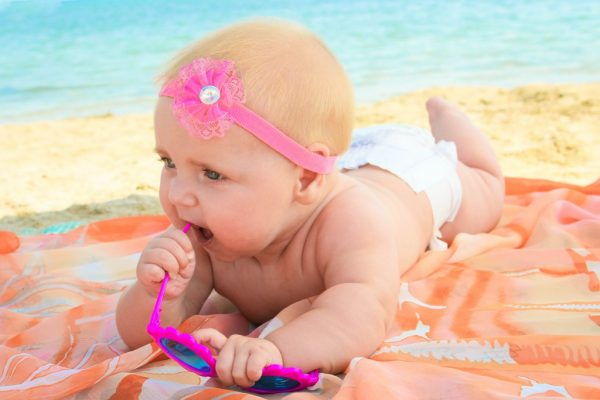 не рекомендуется передерживать ребенка на солнце, так как избыточное излучение может вызвать подобное раздражение на коже малыша