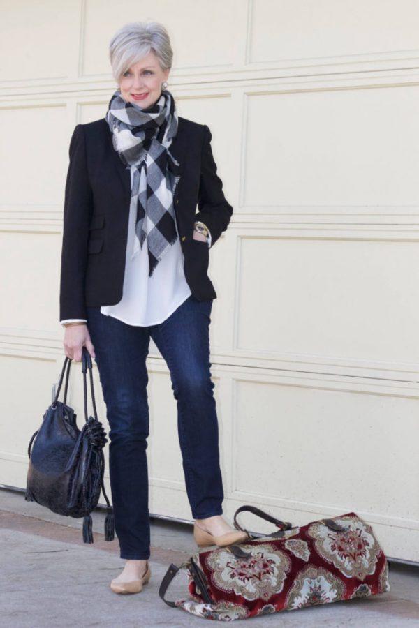 Модный образ с джинсами подойдет для вечерних прогулок и деловых встреч