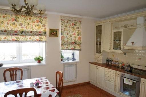 Элегантные римские шторы Источник: http://kitchenguide.su/dizain/idei/shtory-dlya-kuxni.html