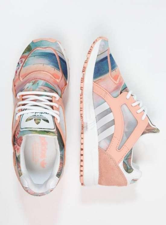 Кроссовки в пастельных тонах