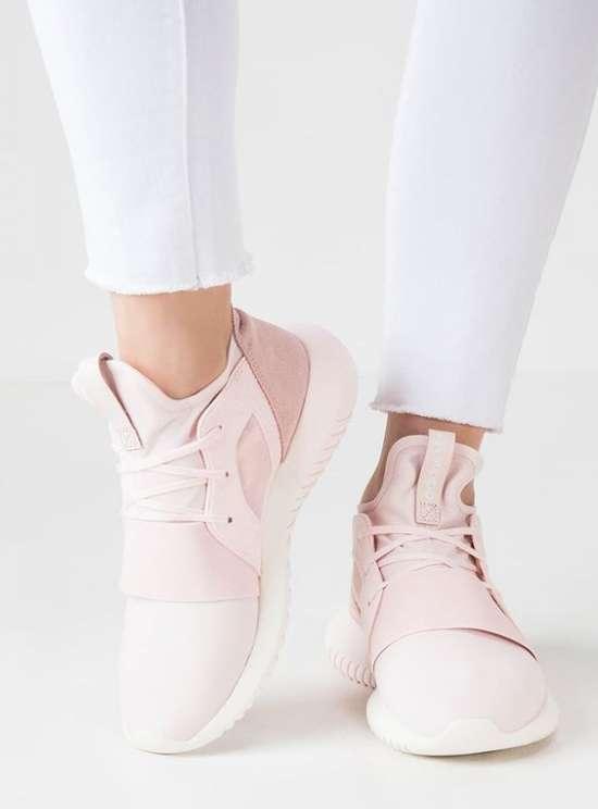 Кроссовки с белыми брюками