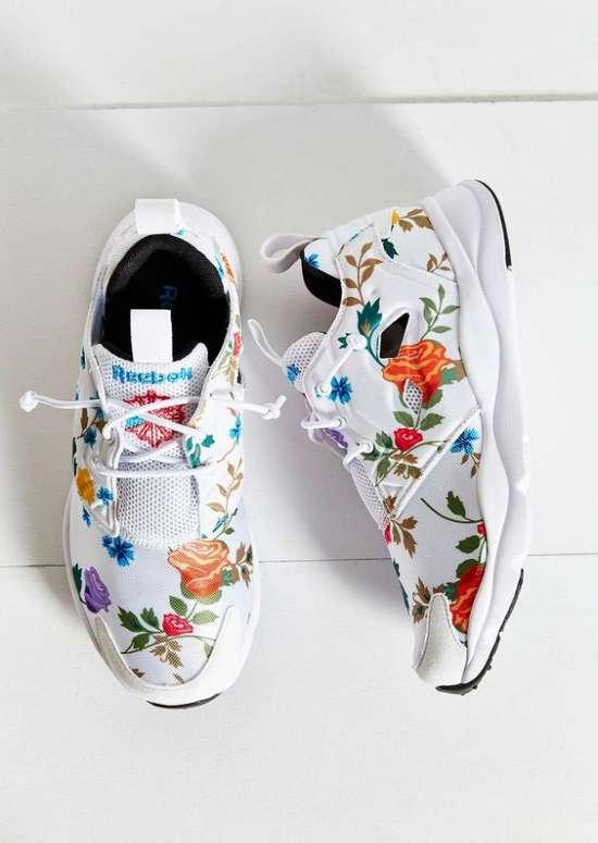 Модные кроссовки с цветочными принтами