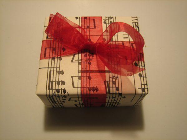 Оригинальная упаковка подарка для меломана