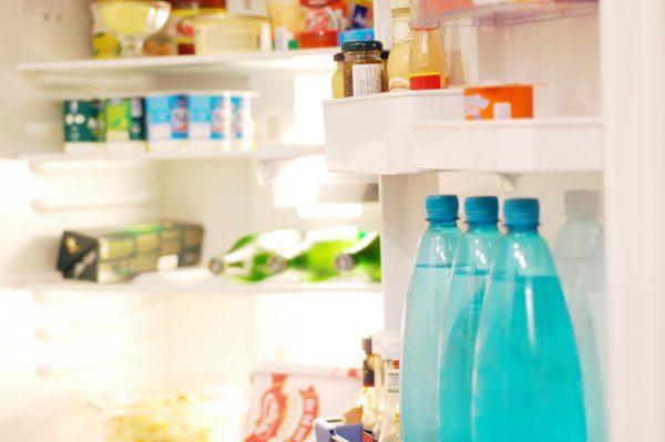 Плохой запах может возникать из-за хранения испорченных продуктов в холодильнике