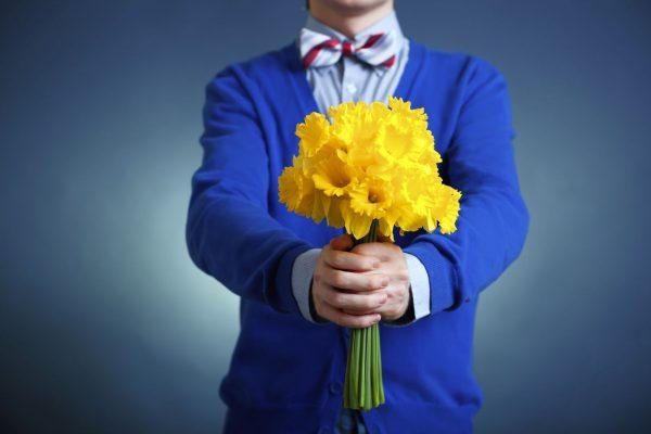 Вручите девушкам букеты цветов