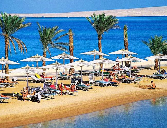 Пляжный отдых под зонтами