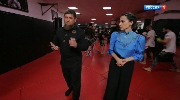 Журналистка берет интервью у Рамзана Кадырова