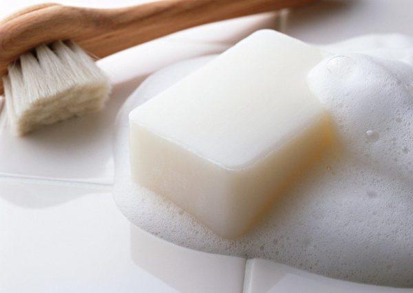 Для выведения пятен можно воспользоваться хозяйственным мылом