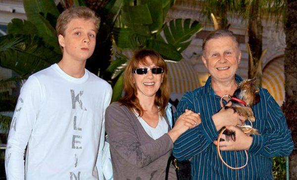 Денис Шальных в юности со своими родителями