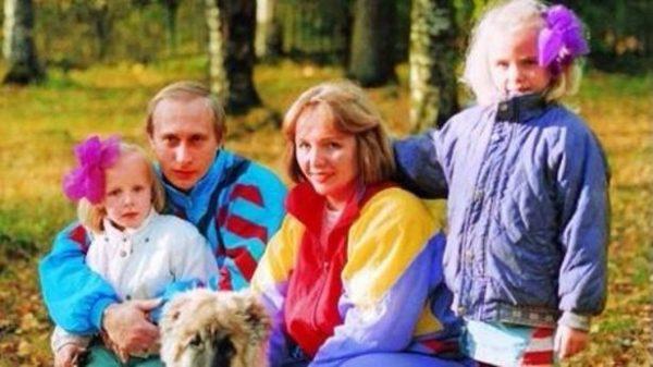 Екатерина в детстве со своими родителями и старшей сестрой