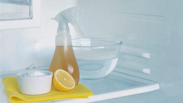 Избавится от запаха поможет уксус или лимонный сок
