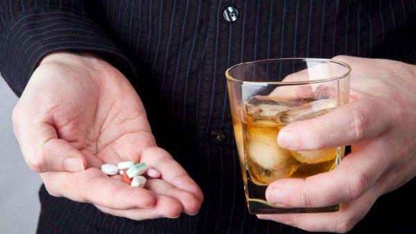 Совмещение препарата со спиртным вызывает нарушение работы печени, усиливает токсическое воздействие на ЦНС, что чревато появлением энцефалопатии