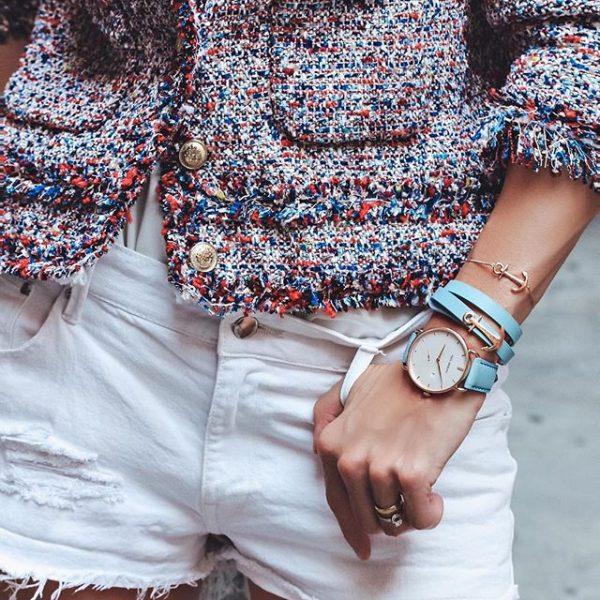 Короткие белые шорты и свободная блуза