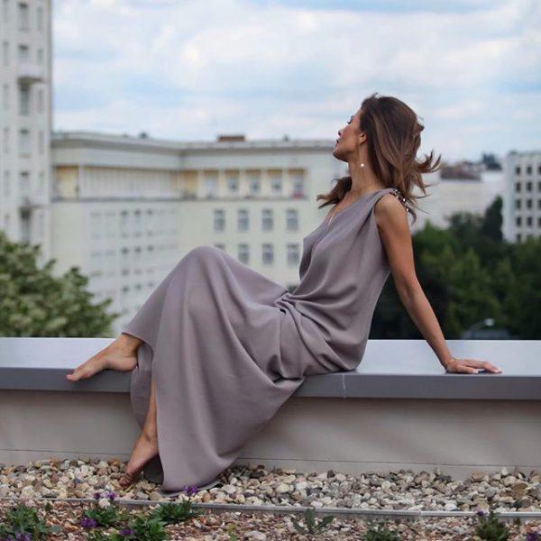Модное струящееся платье свободного покроя