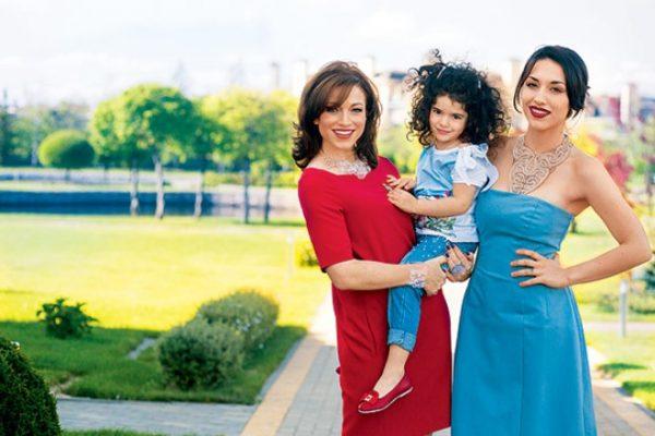 Актриса со своими дочерьми