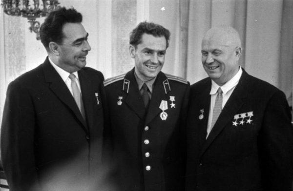 На фото Брежнев, Гагарин и Хрущев