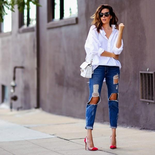 Модные рваные джинсы и белая блуза