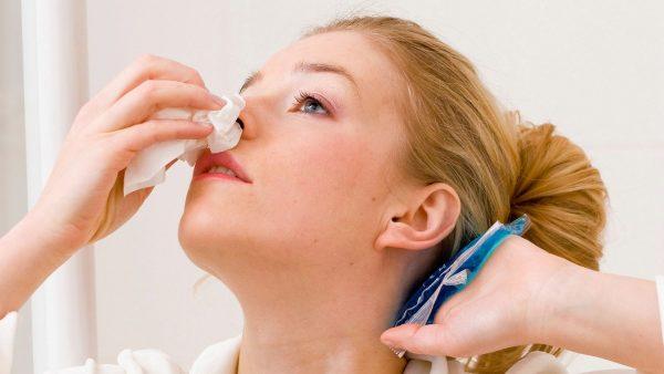При кровотечении из носа приложите холодный компресс