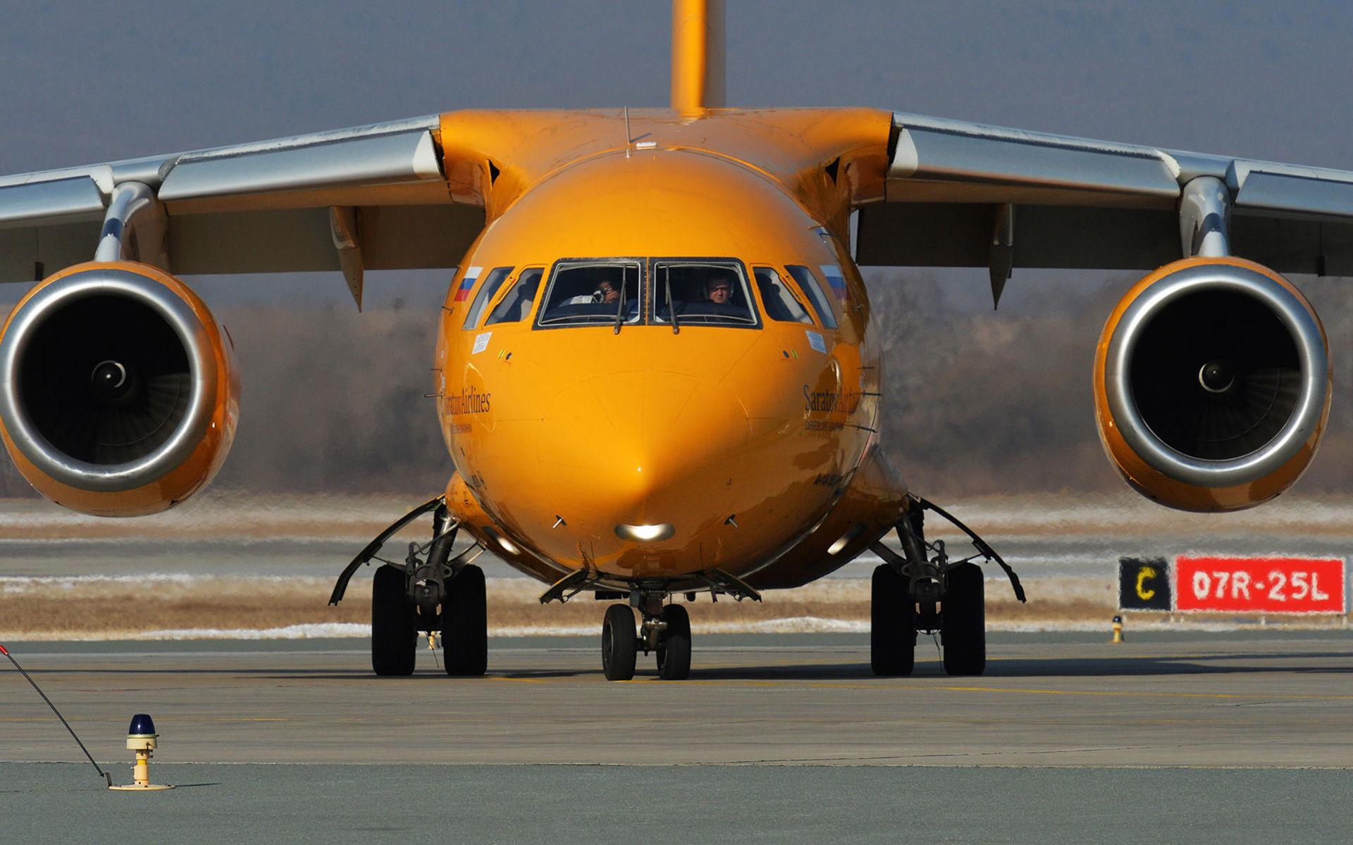 """Самолет Ан-148-100В авиакомпании """"Саратовские авиалинии"""" в аэропорту Владивостока"""