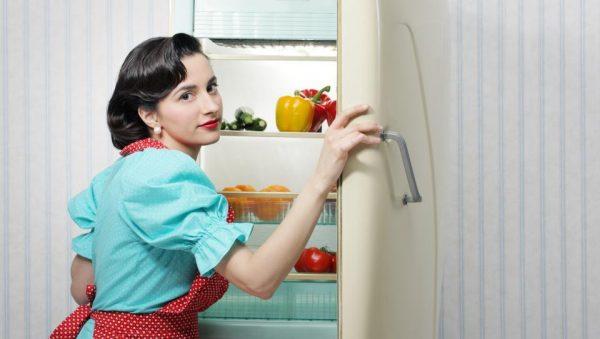 Проводите регулярную уборку в холодильнике