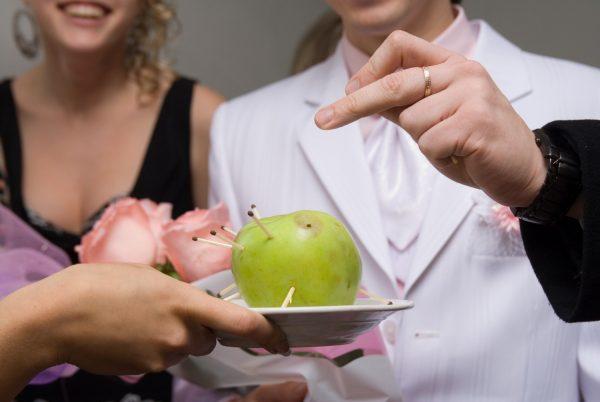 Конкурс с яблоком и зубочистками