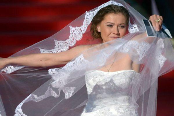 Актриса вышла на красную дорожку в свадебном платье