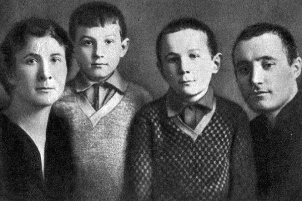 Зоя Космодемьянская в детстве со своими родителями и братом