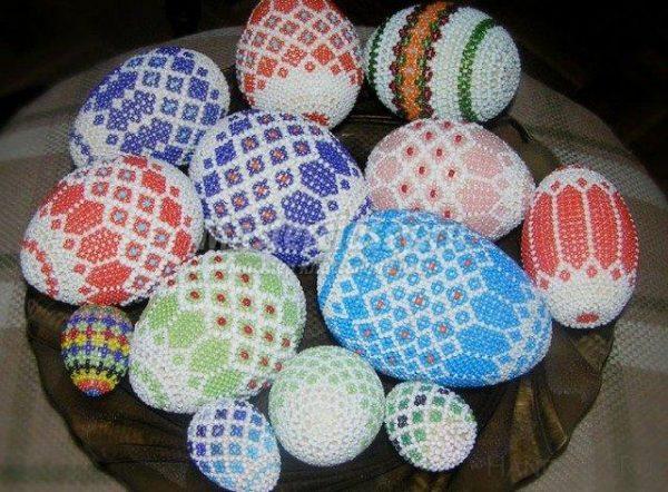 Пасхальные яйца с разнообразными узорами из бисера