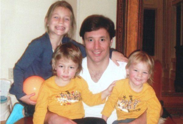 Илья Ковальчук со своими детьми