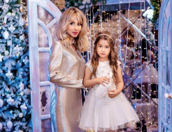 Известная певица со своей дочерью