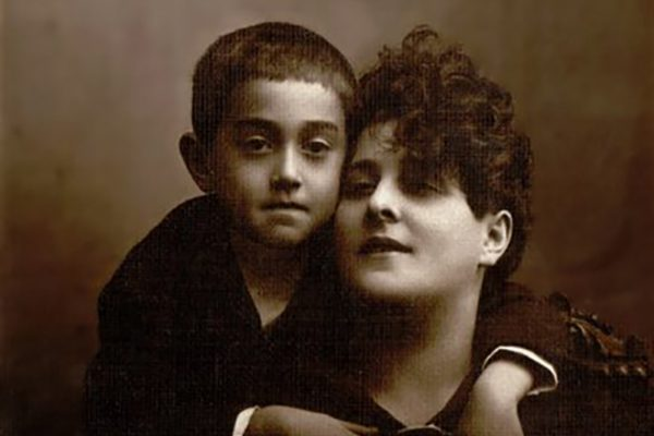 Виктор Драгунский в детстве со своей мамой