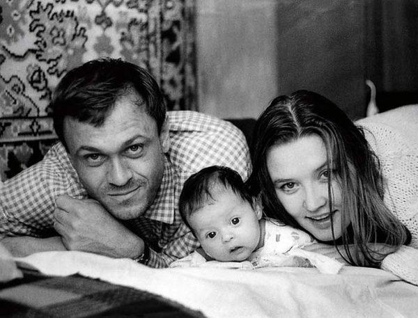 С мужем Владимиром Меньшовым и маленькой дочерью