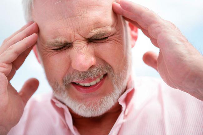 Менингит сопровождается головной болью и другими симптомами