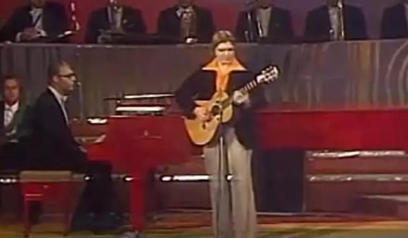 Известный музыкант на сцене