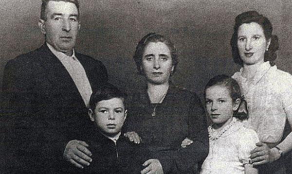 Будущий чемпион со своими родными: дедушка, бабушка, мама и сестренка