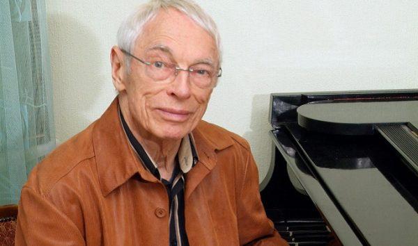 А. Зацепин за фортепиано