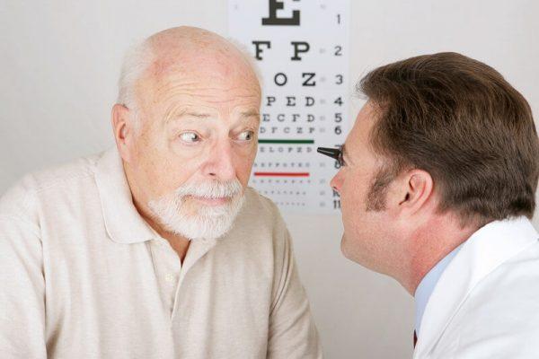 Катаракта чаще всего возникает у пожилых людей
