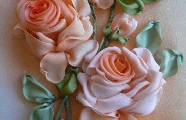 Пышные розы вышитые лентами