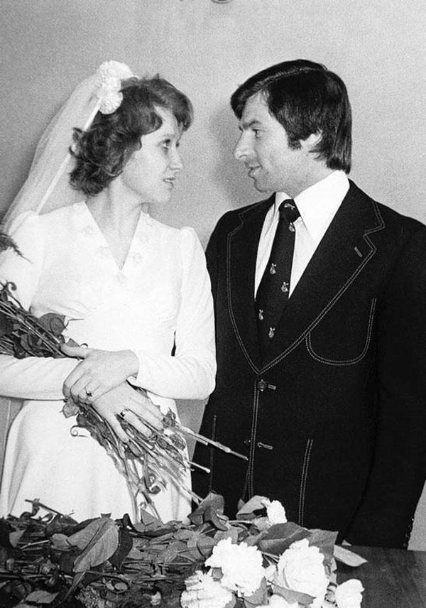 Харламов с женой во время бракосочетания