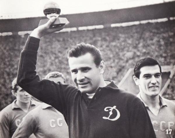 Футболист с очередной наградой