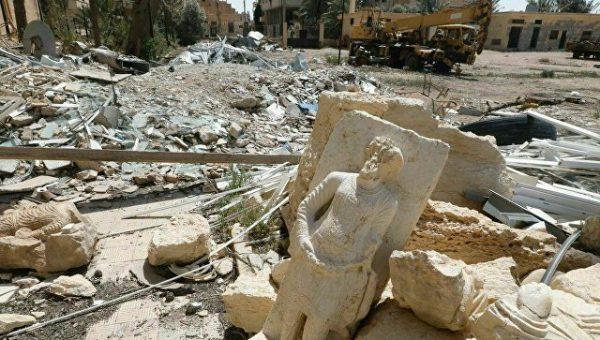 Разрушенный город после авиаудара